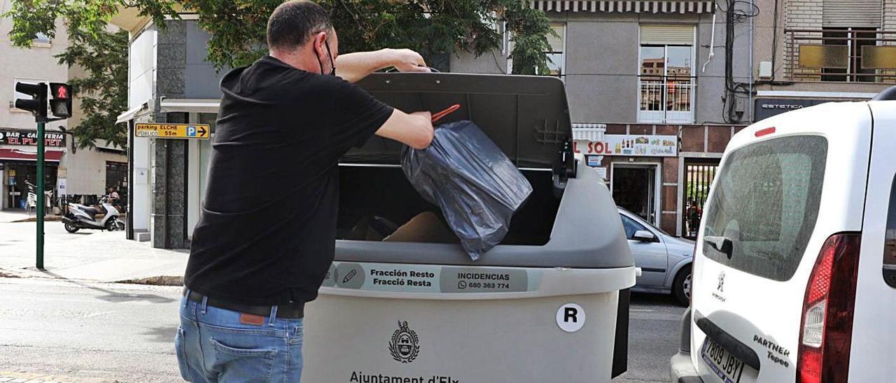 Un ciudadano abre uno de los nuevos contenedores, ya en un lado de la avenida de la Libertad.  