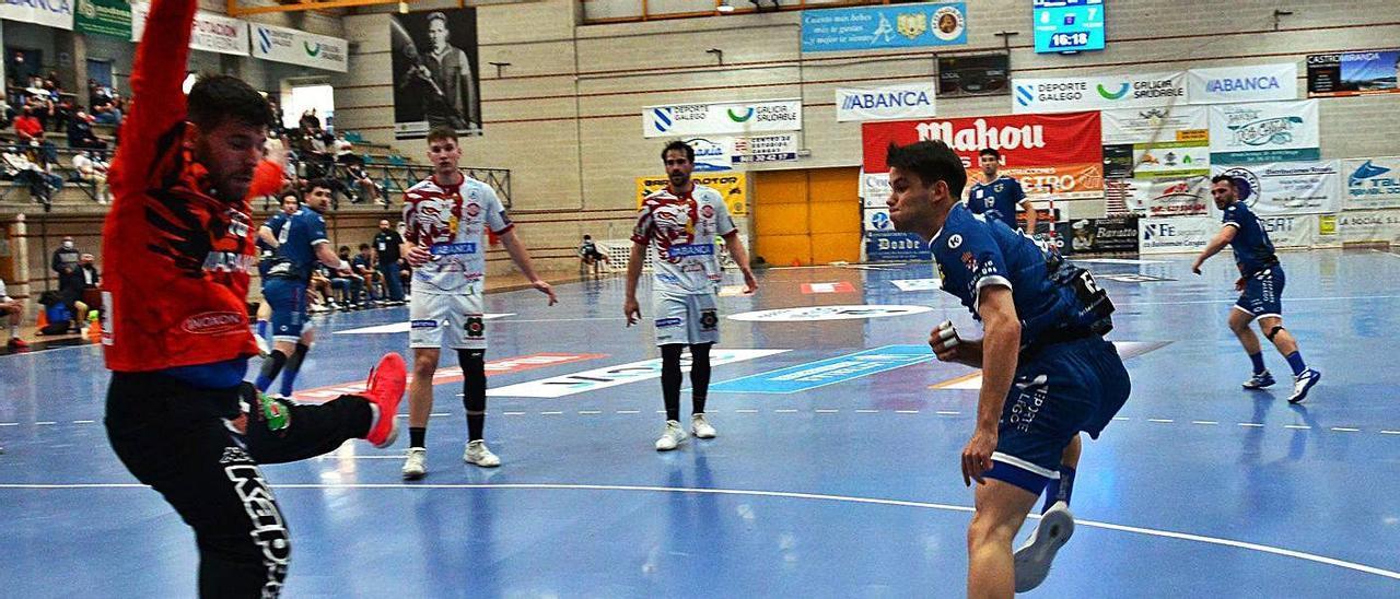 Dani Fernández ejecuta un lanzamiento en el duelo ante el Ademar León. |  // GONZALO NÚÑEZ