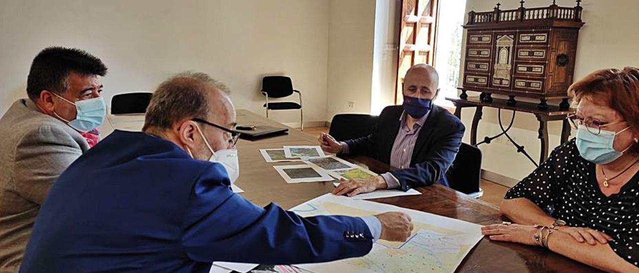 Fernando Pascual y Diego Gómez, ayer, con Gloria Calero.   LEVANTE-EMV