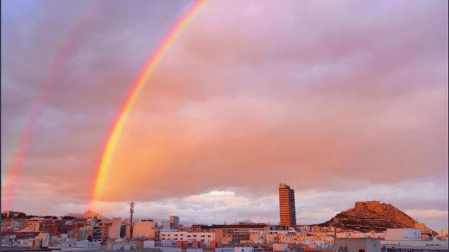 Un arcoíris doble luce en el cielo de Alicante