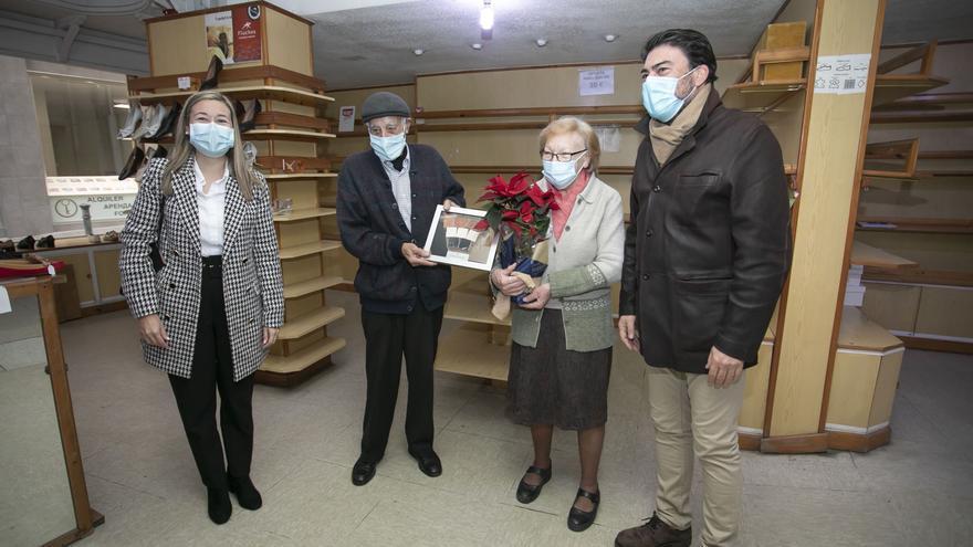Homenaje a un matrimonio de comerciantes tras 51 años en activo