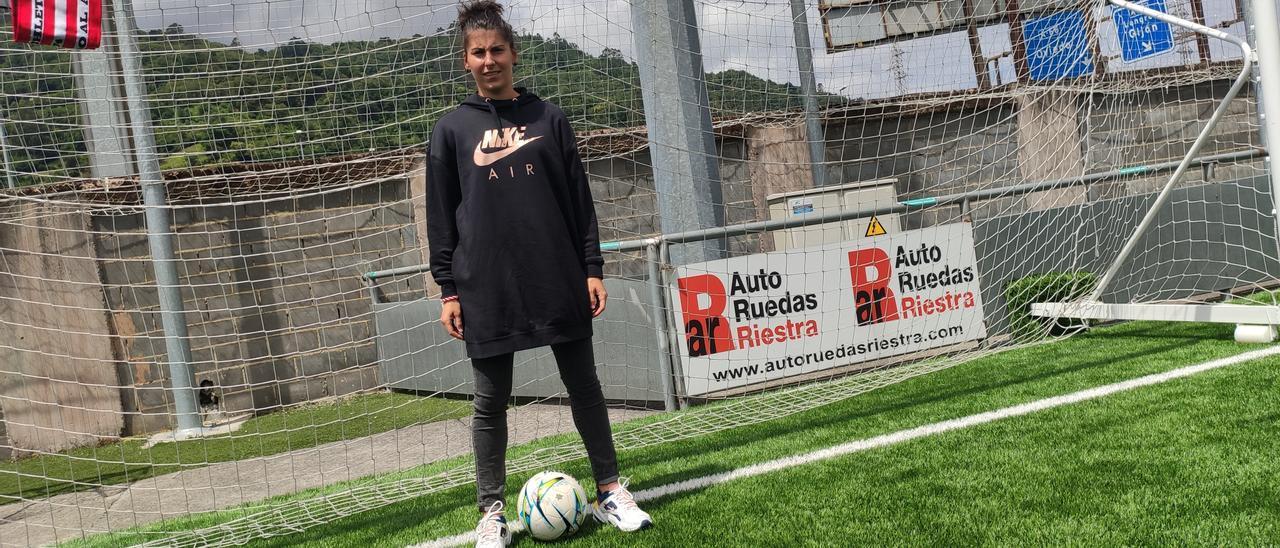Lucía García, en el campo de fútbol Eliseo Gutiérrez de Mieres.