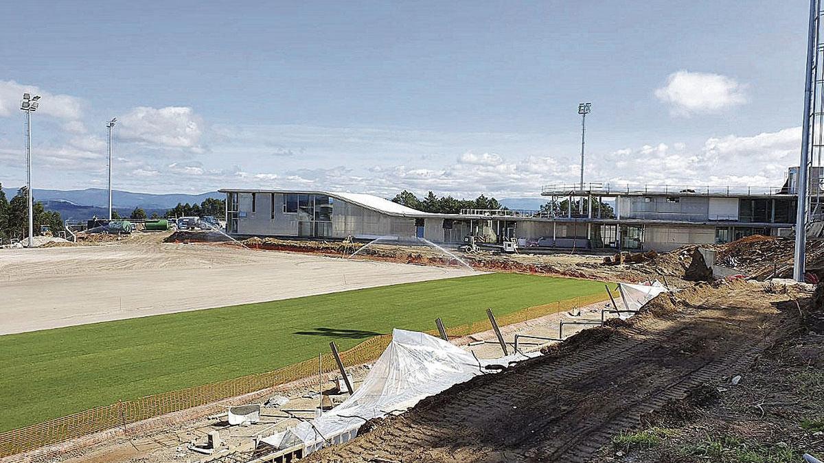 Primer campo de hierba en la ciudad deportiva de Mos