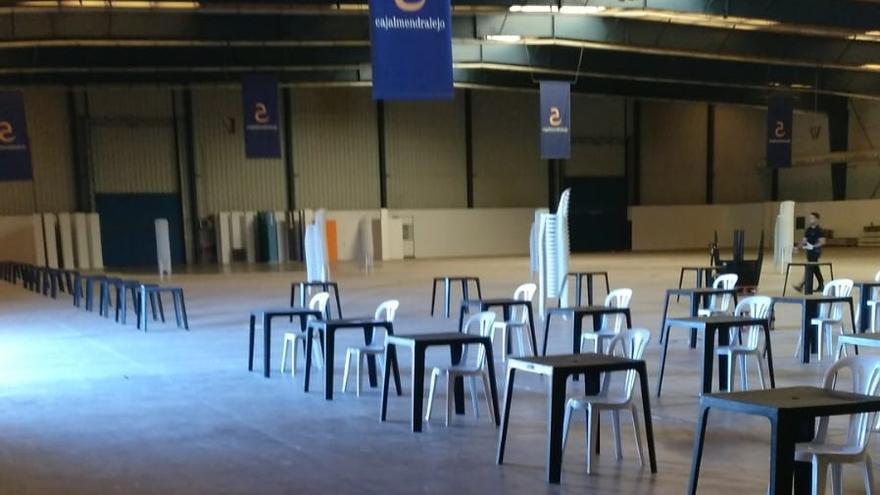 """Quejas de madres por la EBAU en el pabellón de la ciudad deportiva de Plasencia: """"Es un agravio, las mesas y sillas son como las de los bares"""""""