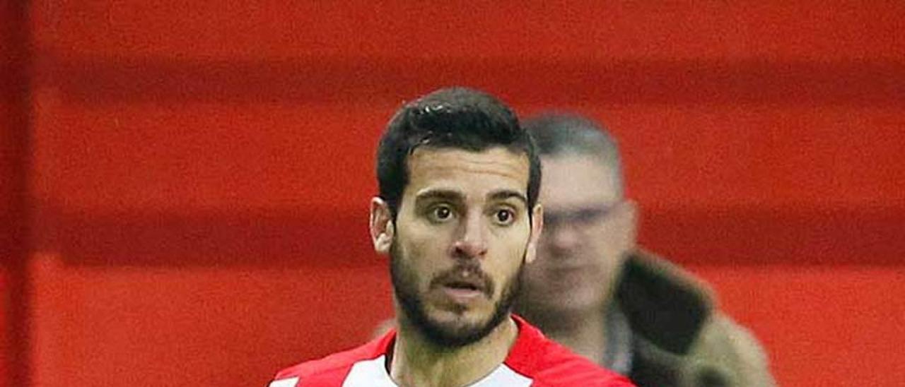 Víctor Rodríguez, durante un partido en El Molinón.
