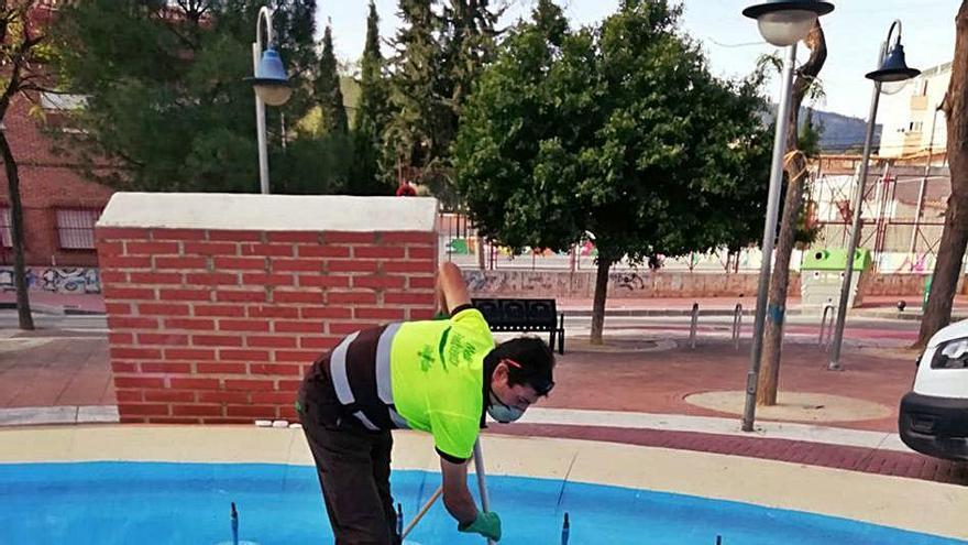 Un tratamiento anti grafiti en los lagos y fuentes del municipio