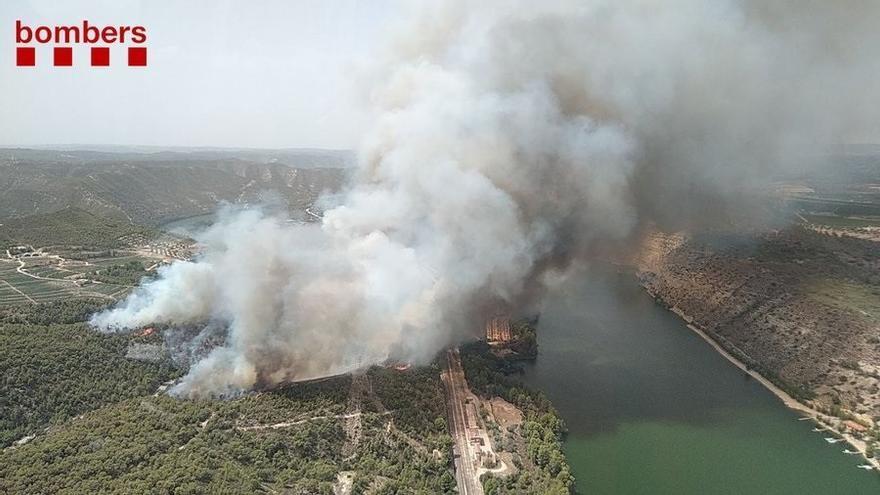 Adif talla el pas de trens a la zona de l'incendi de la Pobla de Massaluca (Tarragona)