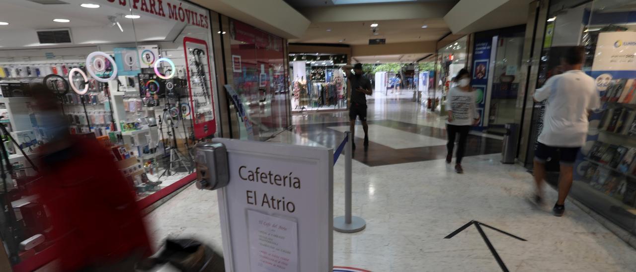Uno de los pasillos del centro comercial El Atrio.