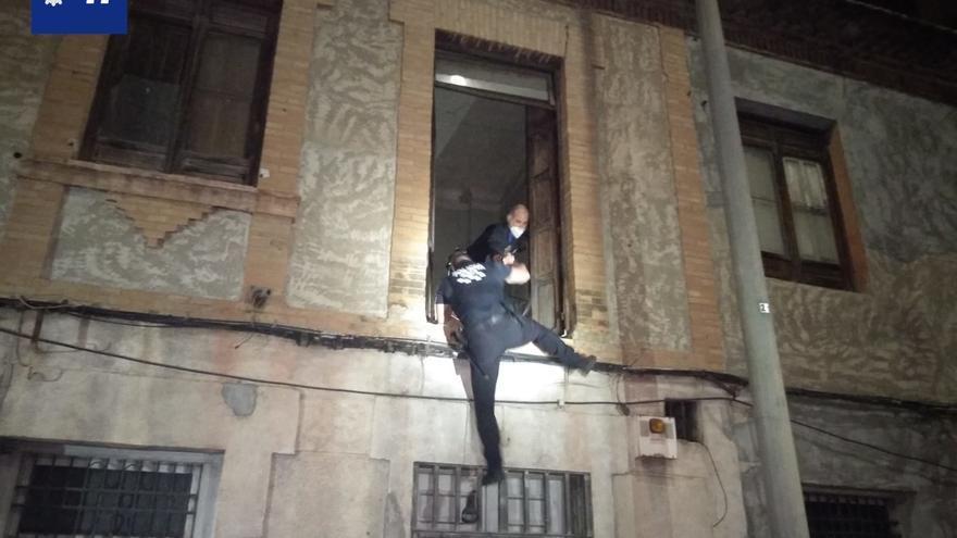 Persecución por las alturas para atrapar a un ladrón sorprendido por la dueña de la casa en Murcia
