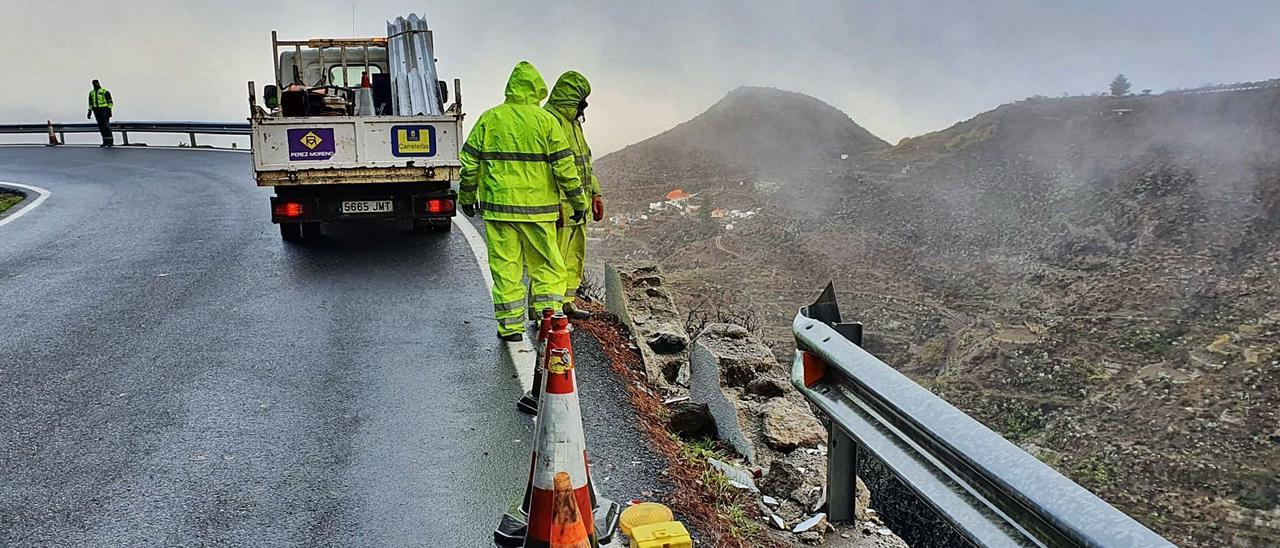 Operarios del Cabildo observan los restos del malecón de la carretera  de Artenara tras el accidente en el que fallecieron cuatro miembros de una misma familia.   | | JUAN CARLOS CASTRO