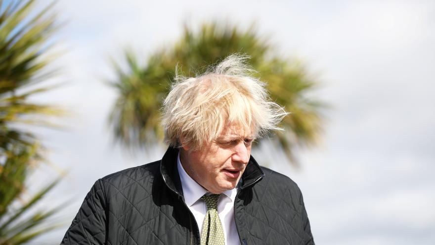 Johnson pide precaución ante reapertura de los comercios no esenciales, cerrados desde enero