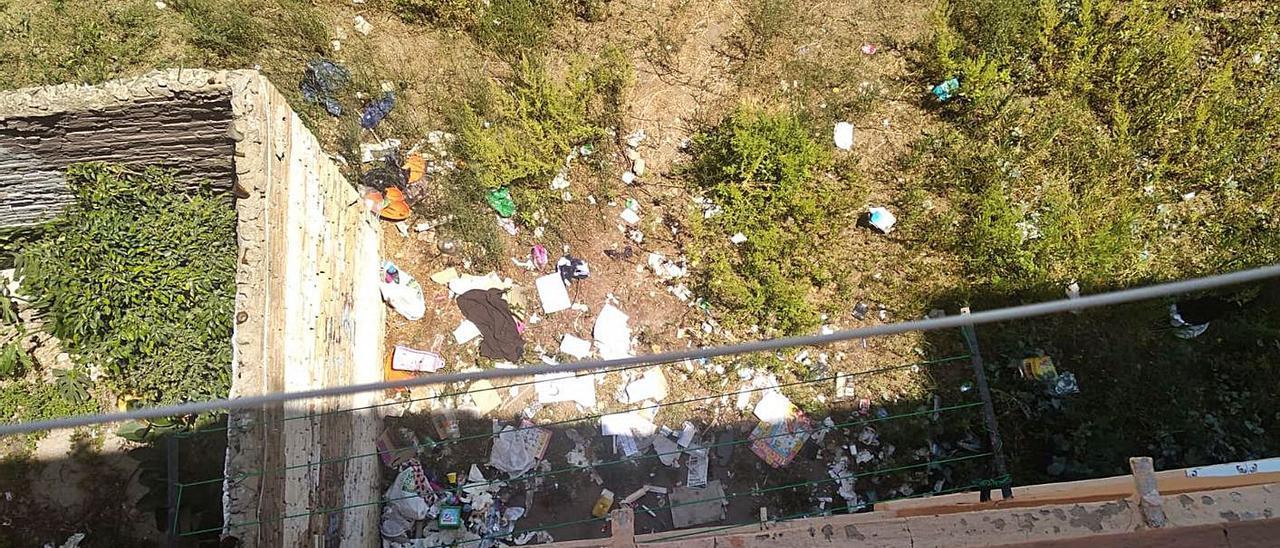 Restos de comida y suciedad en la plaza Hugo Zárate, en la Malva-rosa.  | LEVANTE-EMV