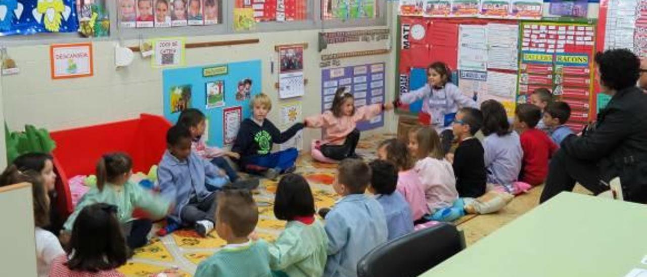 Varios niños que acuden a la escuela de Fortaleny.