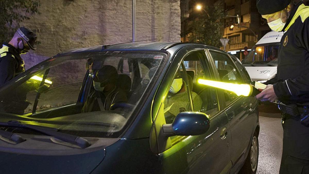 Un control policial a la nit durant el toc de queda a Manresa