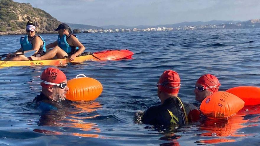 El paratriatleta Javier Vergara cumple con éxito su reto de 5km de natación por una causa benéfica