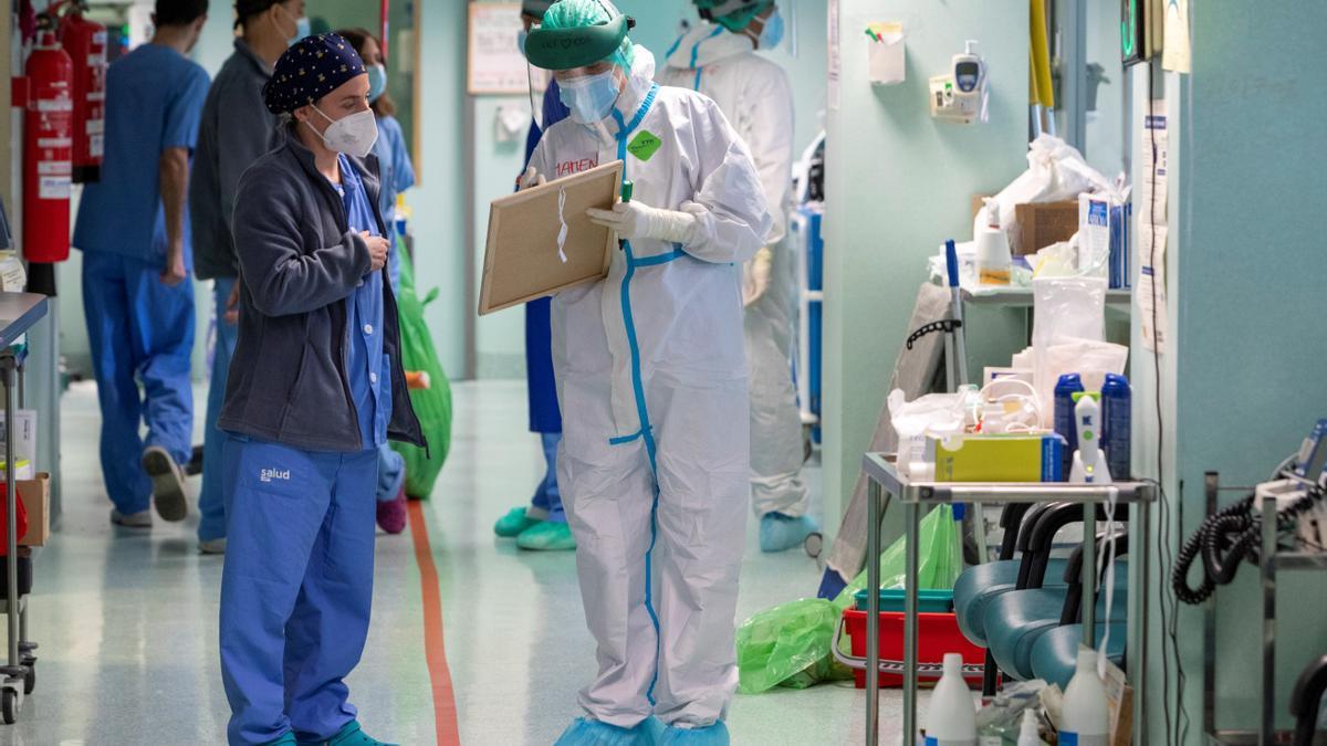 Varios sanitarios en la uci del hospital Miguel Servet de Zaragoza, a finales de enero.