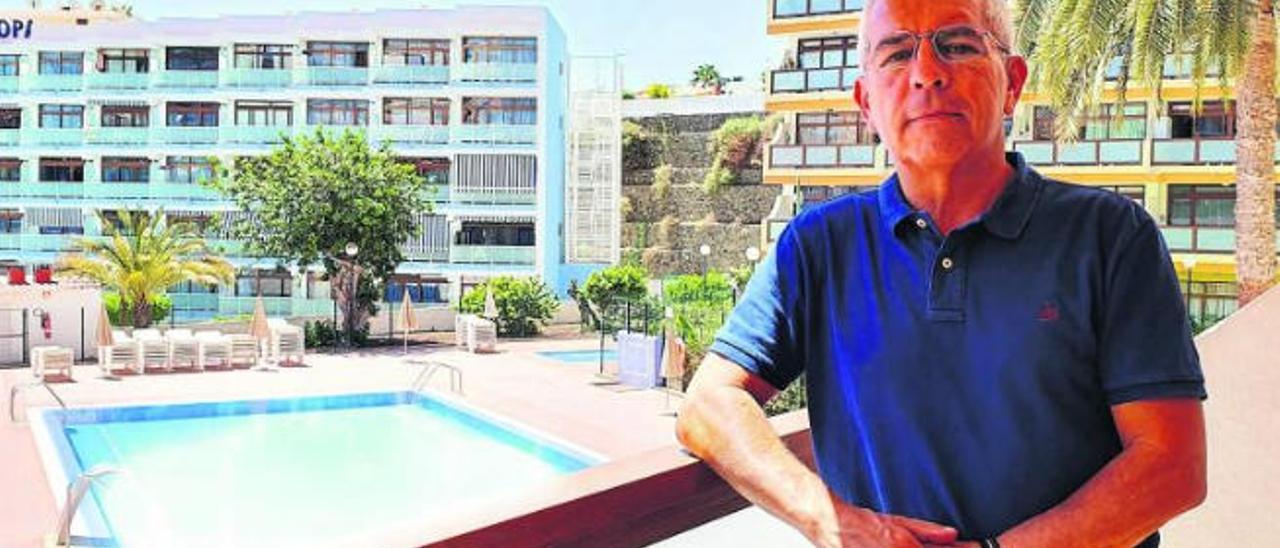 Sebastián Quintana, presidente de la plataforma 'Canarias, 1.500 kilómetros de costa', en su apartamento de Playa del Inglés.