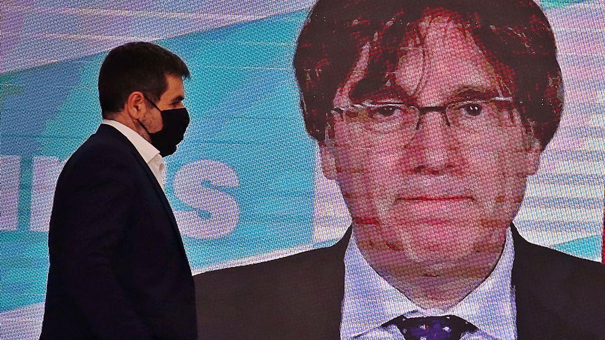 Jordi Sànchez en un acte de Junts amb Puigdemont al fons.    RICARD CUGAT