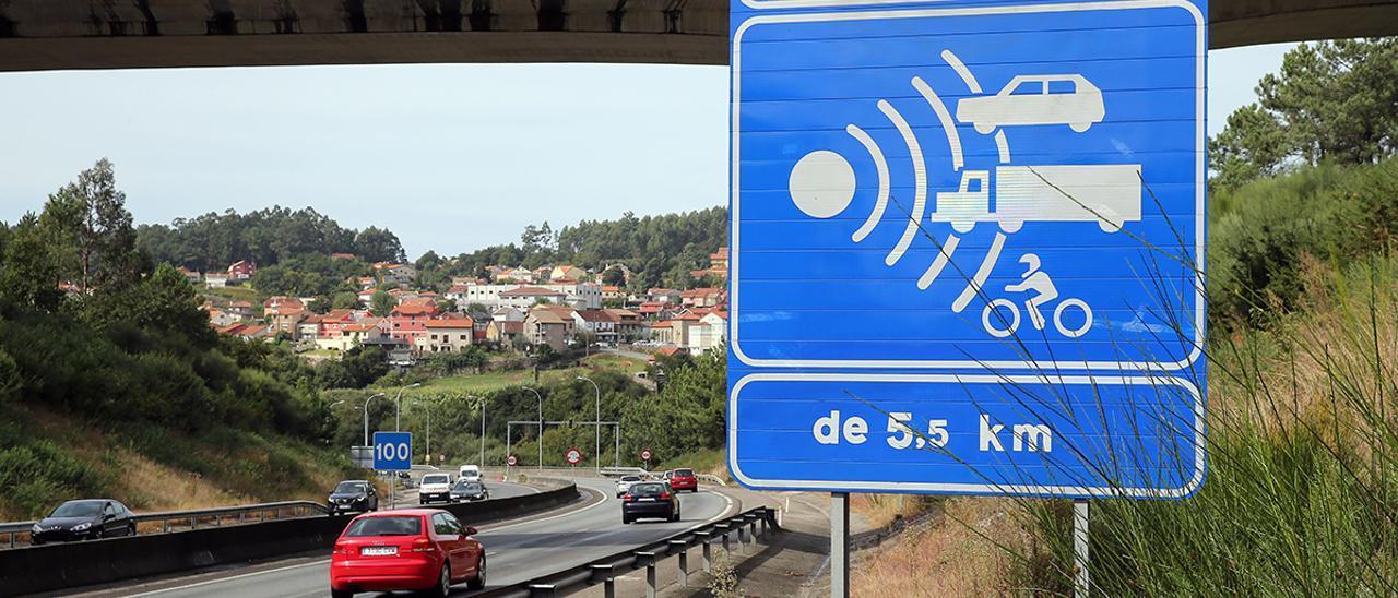 Señal que avisa del radar de tramo de la AP-9, a su paso por Vigo