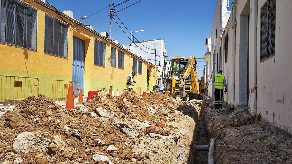 Una imagen de mediodía de ayer de las obras que se están ejecutando en la calle de Marroc.                    | DANI MONLLOR