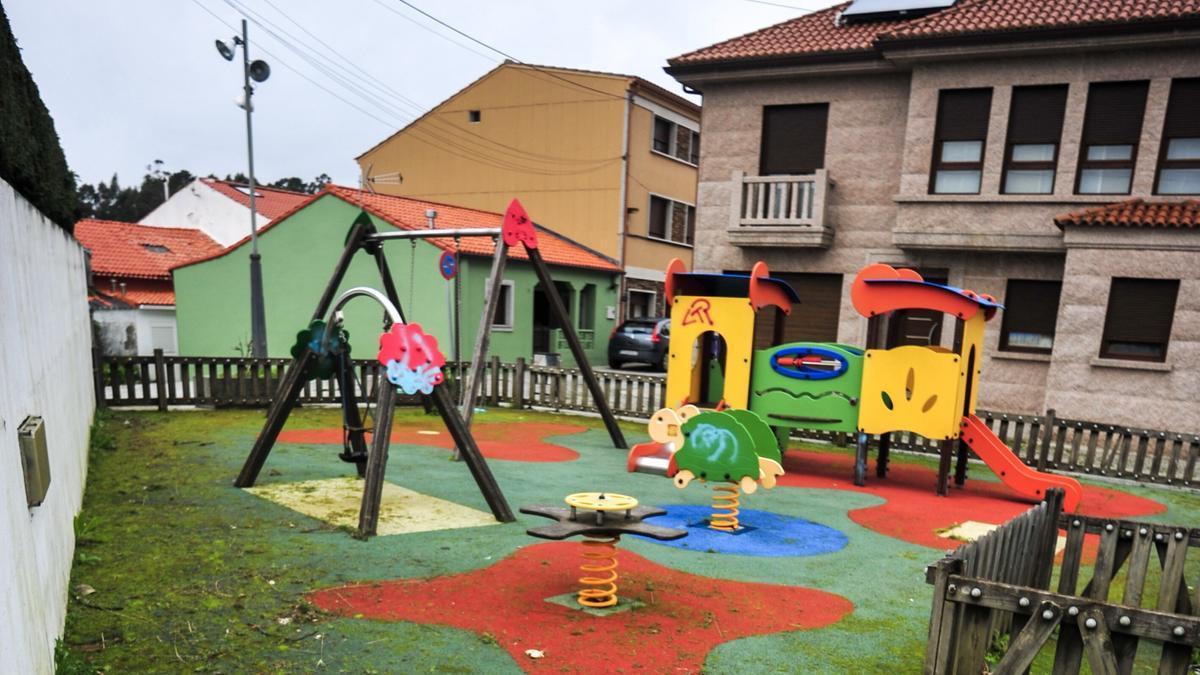 Parque infantil de O Monte, donde se va a colocar césped artificial ante las deficiencias del suelo de caucho.