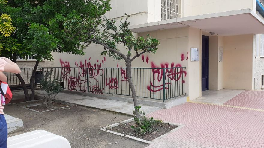 Siguen las pintadas en el Tossal: ahora le toca el turno al colegio La Aneja