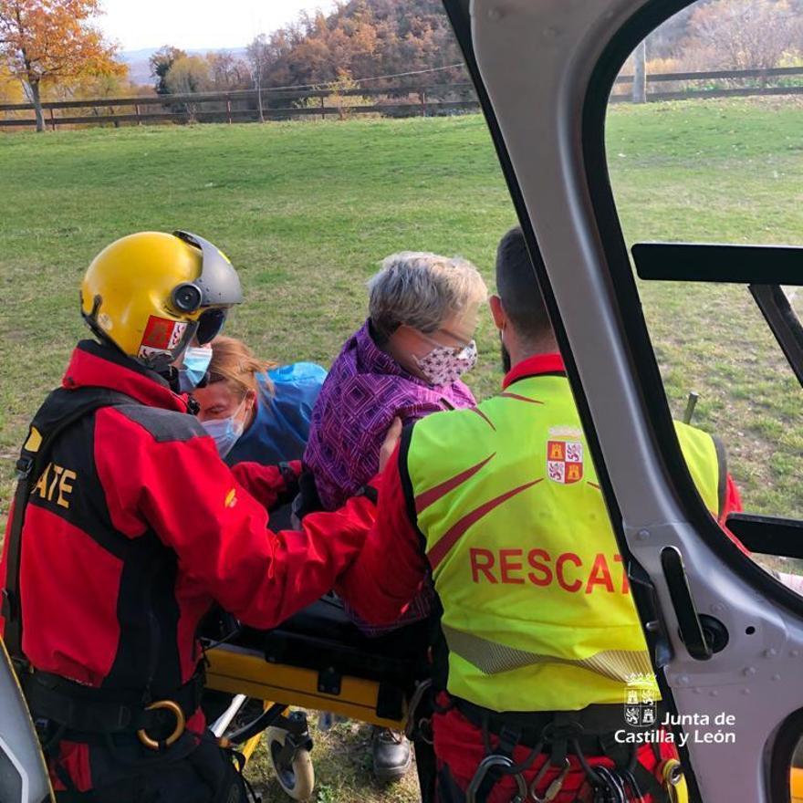 La mujer es auxiliada por los equipos de rescate en la Laguna de las Yeguas.