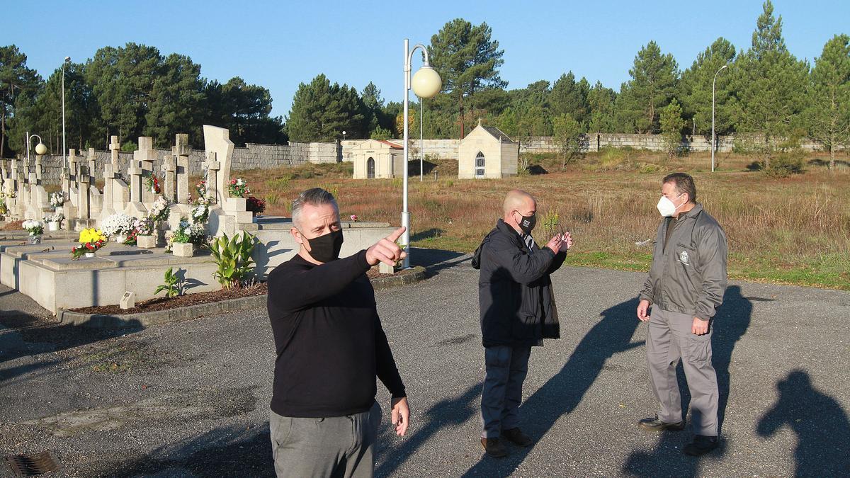 Alberto Pereira (izquierda) en la foto superior, con otros compañeros del servicio de cementerios, ayer en el de Santa Mariña.
