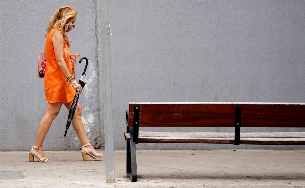 MADRID. 10.08.2020. CORONAVIRUS  COVID-19. Una mujer camina por la calle con mascarilla. FOTO: JOSÉ LUIS ROCA
