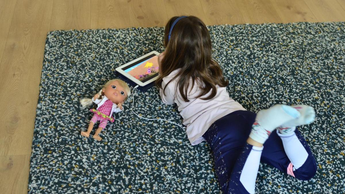 Una niña pequeña hace sus deberes durante el estado de alarma
