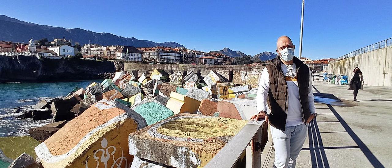 Iván García, ayer, junto a la primera fase de los Cubos de la Memoria del puerto de Llanes. | Eva San Román