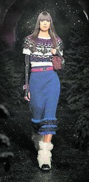 Una de las modelos desfilan con diseños de Chanel.   | // EFE
