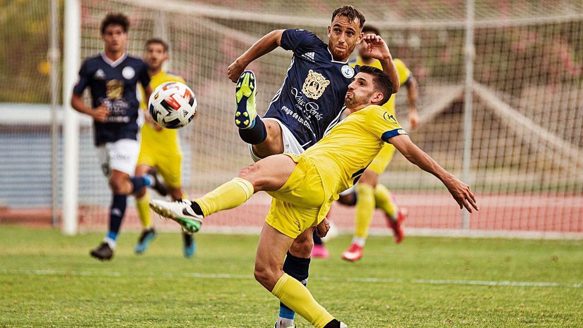Una jugada del choque disoutado ayer en el Antonio Domínguez entre tinerfeños y murcianos.     G. ARBELO