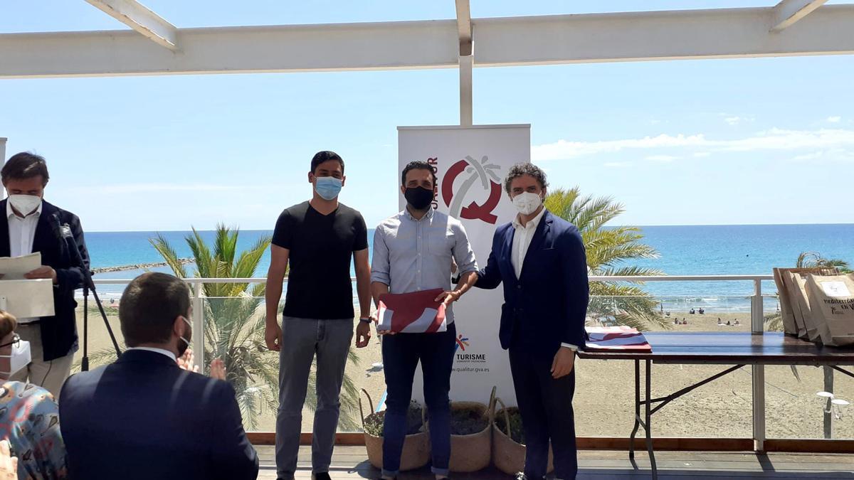 El alcalEl alcalde de de Sagunt y el concejal de playas recibiendo la bandera