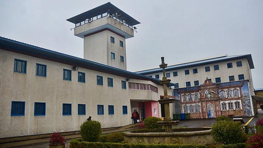 Trasladan a la cárcel de El Dueso, en Cantabria, a los tres últimos etarras recluidos en A Lama