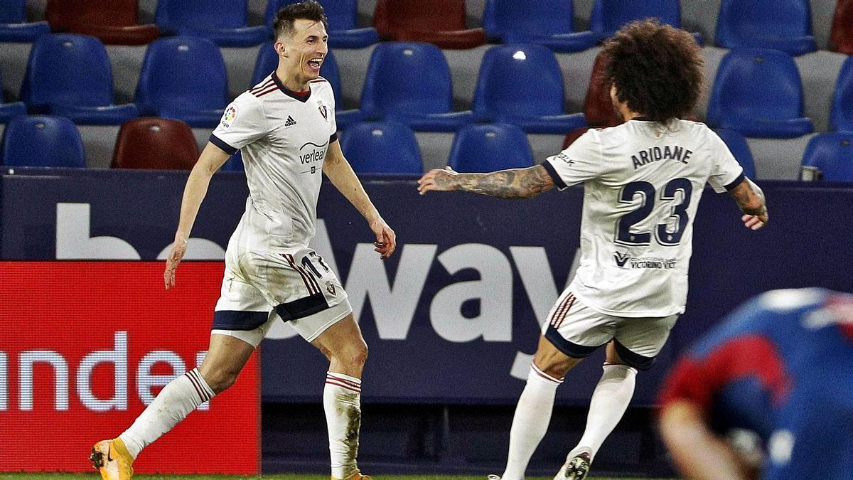 Budimir celebra con Aridane el gol que dio la victoria a Osasuna frente al Levante.