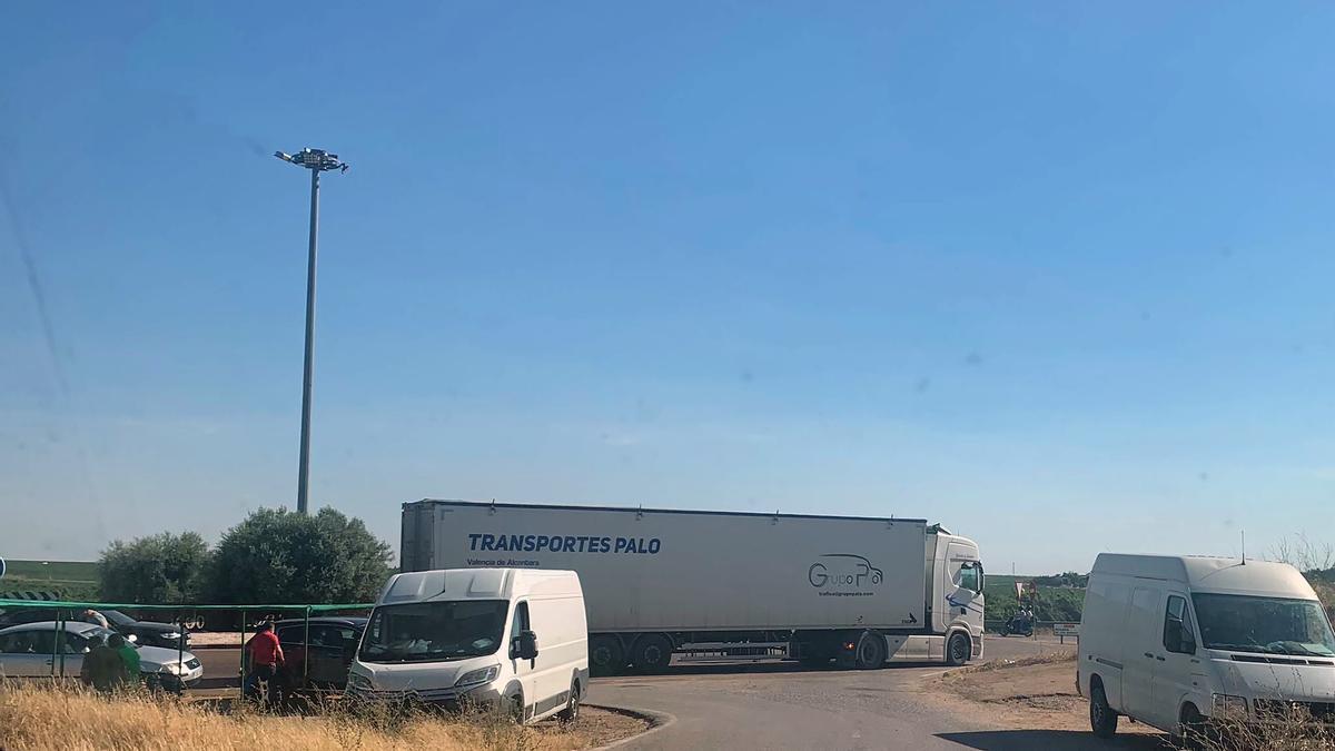 Algunos vehículos bloquean una de las entradas en la rotonda de Hormigusa