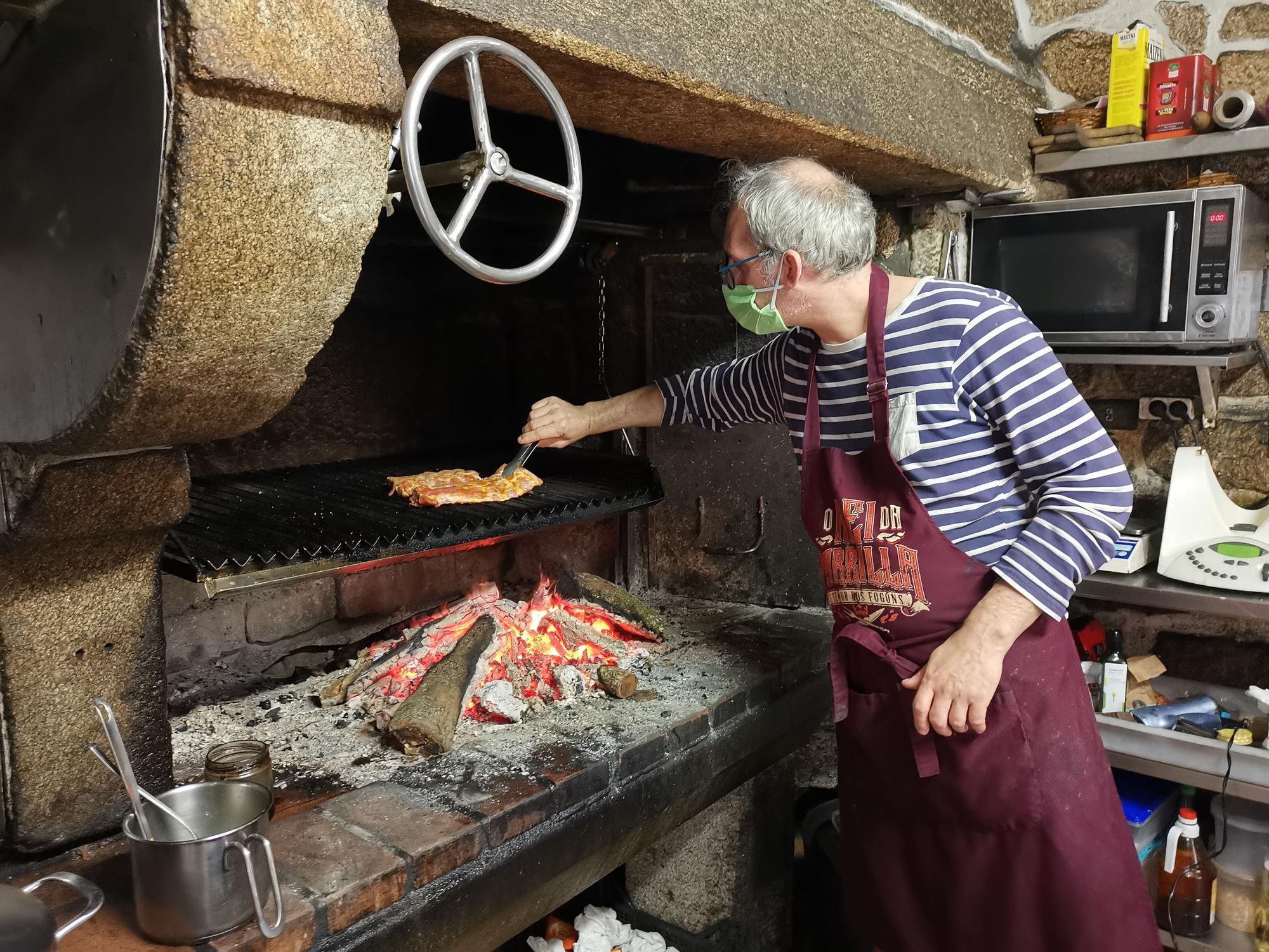 Gustavo Soliño, cocinero del restaurante Pan de Millo, preparando comida para llevar