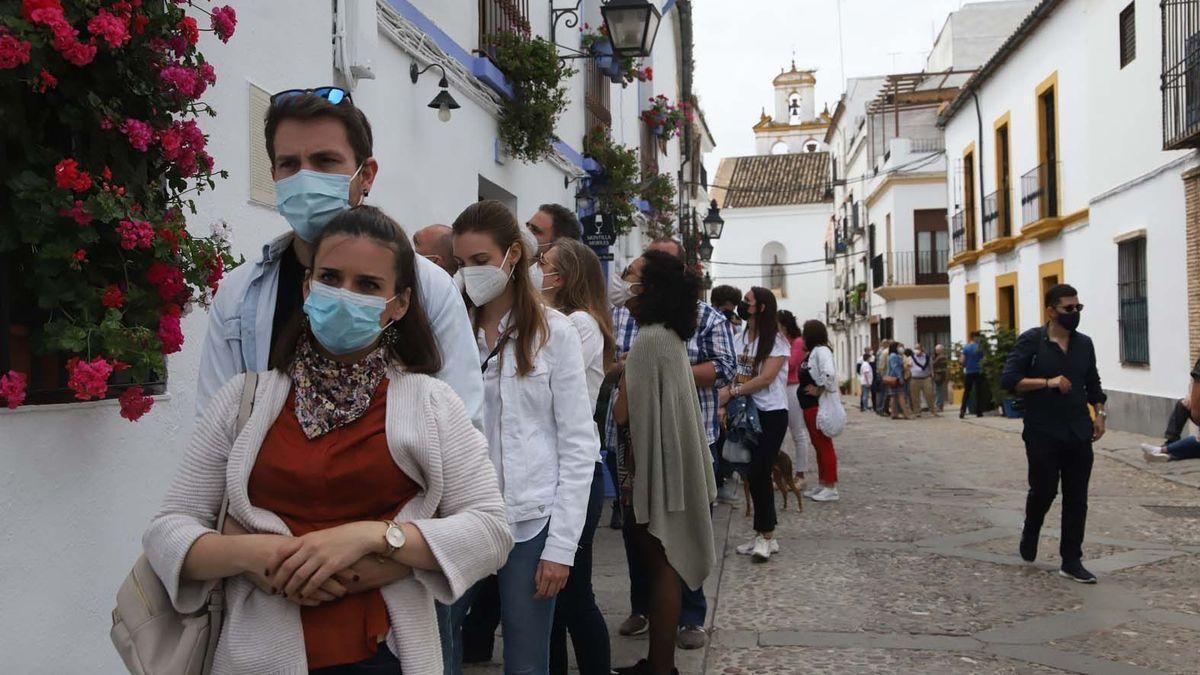 Colas en la ruta del Alcázar Viejo en el primer día del Festival de Patios de Córdoba.