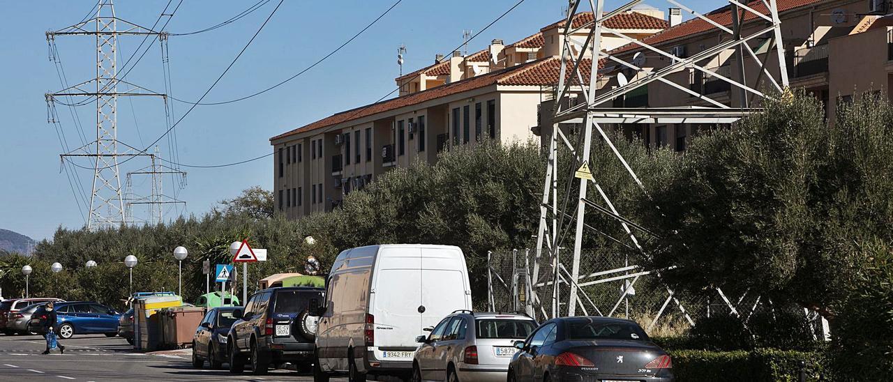 Imagen de archivo de torres eléctricas junto al núcleo urbano de Faura.  | DANIEL TORTAJADA