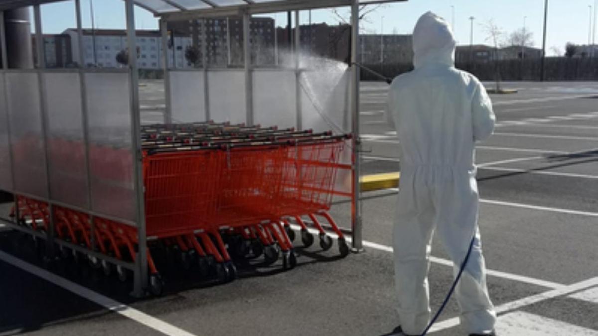 Desinfección de carros en un supermercado en Benavente, durante el confinamiento. / E .P.