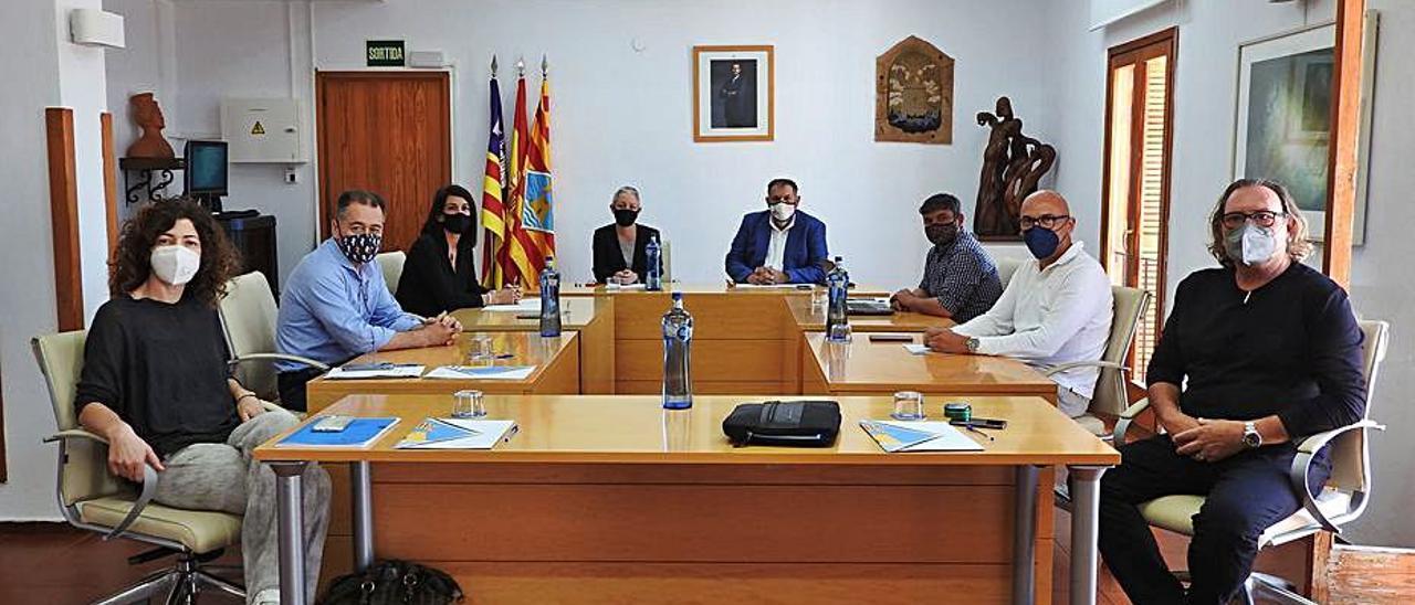 Participantes en la reunión celebrada en el Consell | C.C.