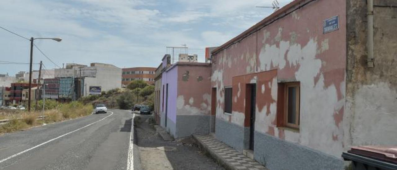Casas contiguas al solar de la Carretera de Los Tarahales cuyos propietarios han llegado a un acuerdo con Urbanismo para retranquear el terreno.     JOSÉ CARLOS GUERRA