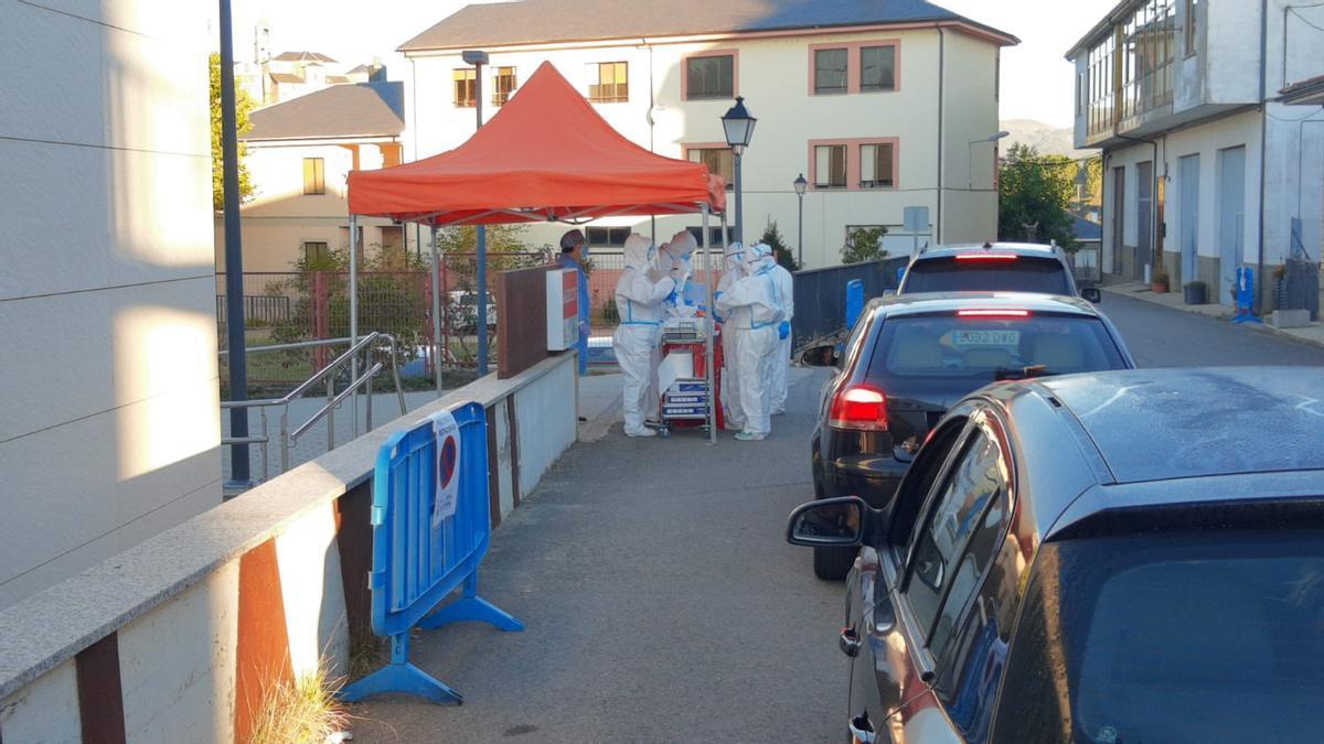 Los equipos sanitarios relizan las PCR en Puebla