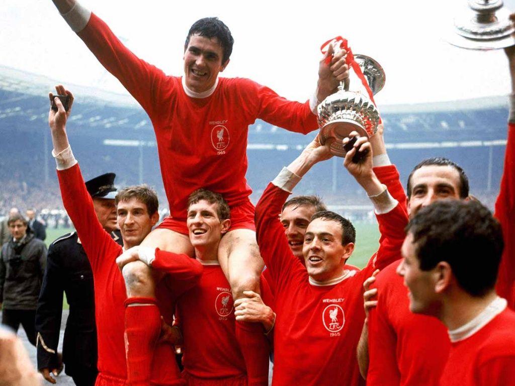 St John levanta la Copa en Wembley.