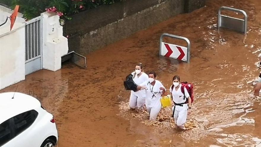 Hacen viral la imagen de unas sanitarias de servicio en plenas inundaciones de Benicàssim
