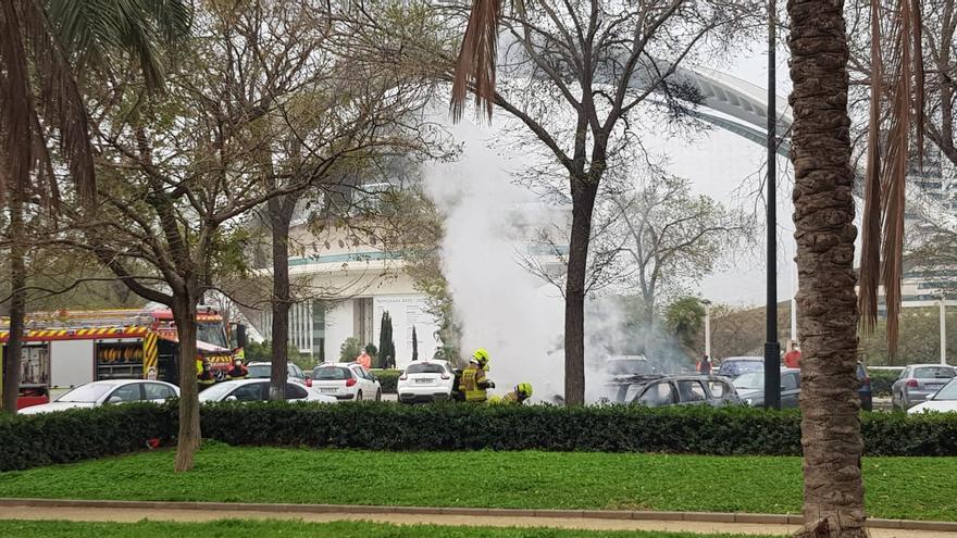 Arde un coche frente al Palau de les Arts