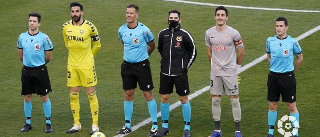 Mariño, segundo por la derecha, antes del Albacete-Sporting.