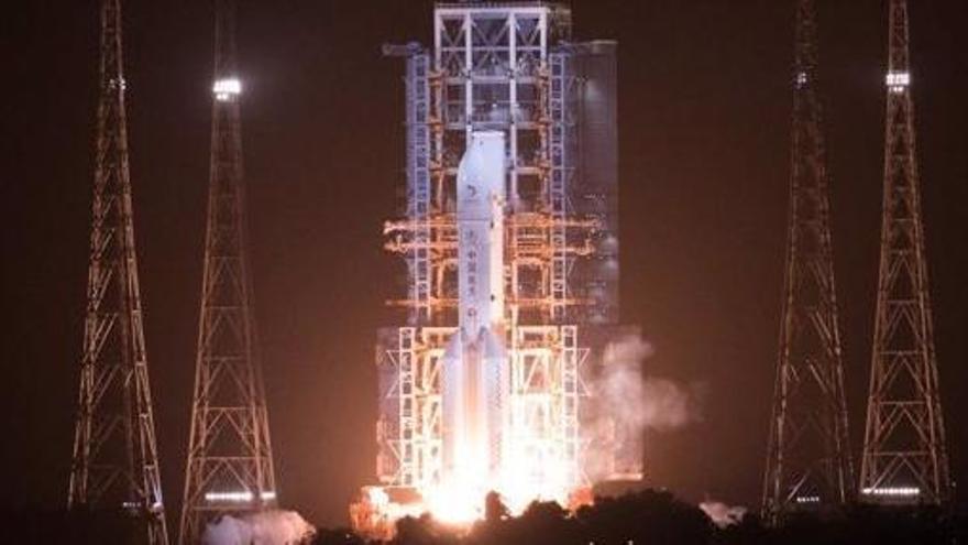 China lanza su misión para traer muestras de la Luna