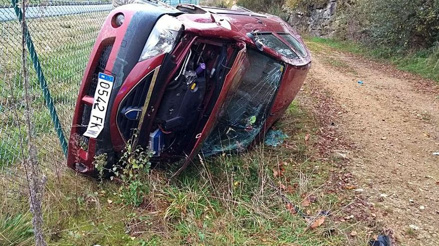 Herido el conductor de un turismo tras volcar en la autopista